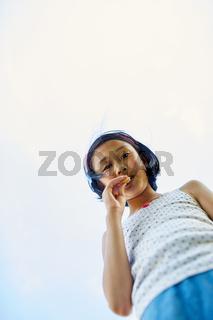 Asiatisches Mädchen knabbert einen Keks