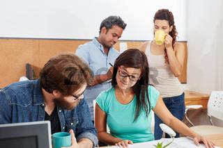 Studenten lernen in Teamwork
