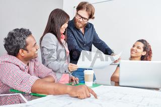 Team diskutiert eine Projekt Idee