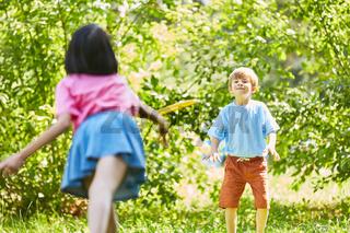 Zwei Kinder spielen zusammen Frisbee