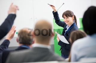 Geschäftsfrau als Referentin bei Präsentation