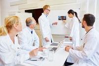 Ärzte analysieren Befund auf Röntgenbild