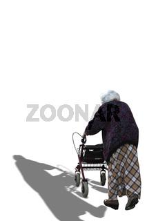 Eine alte Frau mit Rollwagen geht spazieren