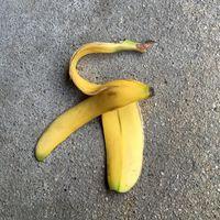 Bananenschale auf grauem Asphalt