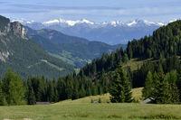 Blick über das Gadertal zu den Zillertaler Alpen;