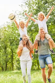 Eltern mit glücklichen Kindern huckepack