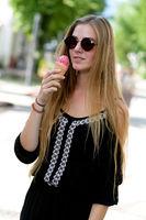 Junge Frau beim Eisessen