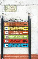 Tafel mit Hinweisen zur Orientierung in Spanien
