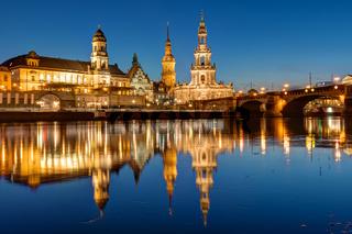 Hofkirche und Palast in Dresden bei Nacht