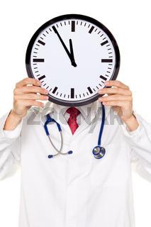 Arzt im Stress mit Uhr vor Kopf. Arbeitszeit im Kranklenhau