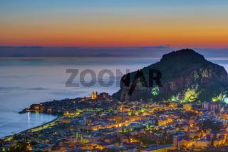 Cefalu in Sizilien vor Sonnenaufgang