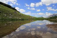 Gebirgssee in den Alpen