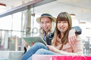 Zwei junge Frauen als Freunde mit Tablet Computer