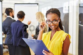 Junge Geschäftsfrau vor ihrem Start-Up Team