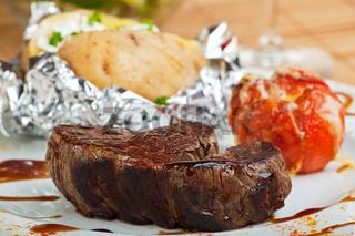 gegrilltes Steak mit Ofenkartoffel
