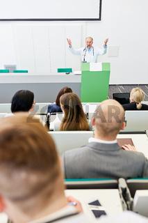 Uni Dozent bei einem Referat für Medizin Studenten