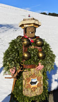 Naturchlaus mit Schellen geht am Alten Silvester von Haus zu Haus