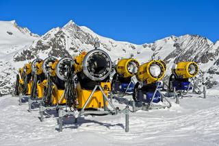 Batterie TechnoAlpin Schneeerzeuger im Skigebiet Aletscharena, Bettmeralp, Wallis, Schweiz