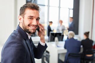 Start-Up Mann mit Smartphone freut sich