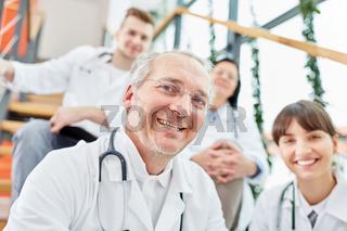 Älterer Mann als erfolgreicher Oberarzt