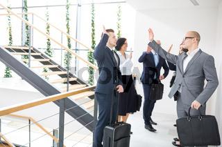 Geschäftsleute geben sich ein High Five