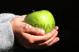 Apfel in den Haenden tragen