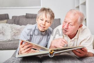 Senioren Paar schaut Fotos im Fotoalbum