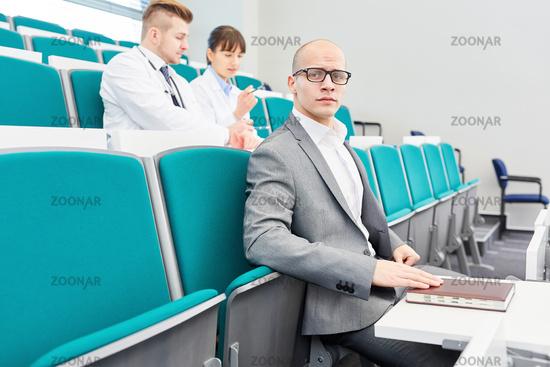 Medizin Studenten sitzen zusammen im Hörsaal
