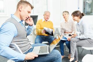 Mann im Meeting mit Laptop Computer