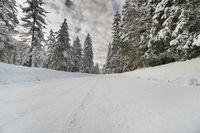 Straße im Winter mit Eis und Schnee