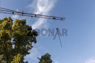 Bauarbeiten bei blauem Himmel