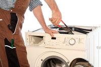 Monteur repariert ein Haushaltsgerät