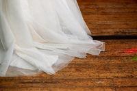 Brautkleid auf Dielenboden