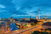 Das Berliner Zentrum mit dem Fernsehturm nach Sonnenuntergang