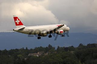 Airbus A320 über städtischem Gebiet