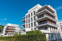 Moderne weisse Mehrfamilienhäuser in Berlin