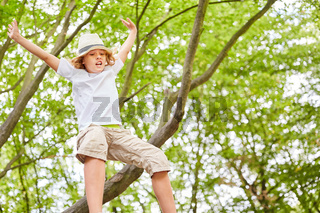 Junge springt mutig von einem Baum