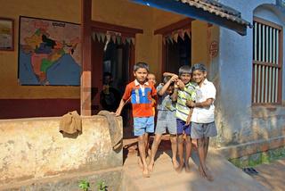 Indische Jungen vor ihrer Schule, Gokarn Südindien, Asien
