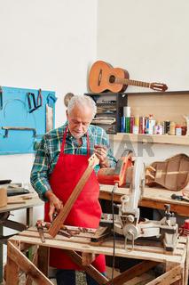 Alter Gitarrenbauer in der Werkstatt