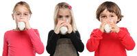 Kinder trinken Milch Glas gesunde Ernährung Junge Mädchen Freisteller freigestellt isoliert