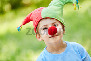 Junge mit roter Nase und Narrenkappe