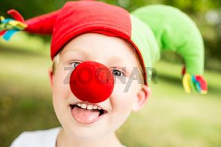 Junge im Fasching mit roter Nase