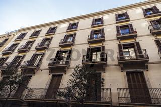 Die Fassade und Balkone eines Stadthauses in Barcelona.