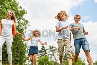 Fröhliche Familie und Kinder im Aktivurlaub
