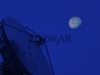 Aufgerichtete Satellitenschüssel