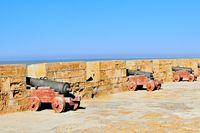 Kanonen an der Mauer vom Fort Essaouira Marokko.jpg