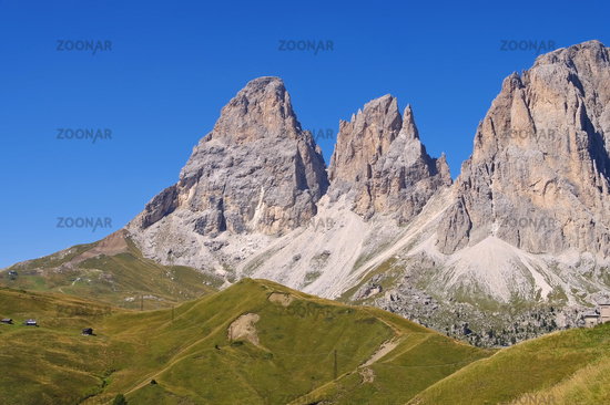 Langkofel und Plattkofel in Dolomiten - mountains Langkofel and Plattkofel in Dolomites