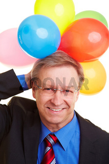 Mann mit Ballons hinter Kopf