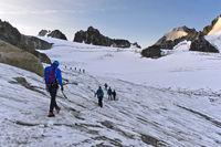 Alpinisten vor Sonnenaufgang auf dem Gletscher Glacier du Tour