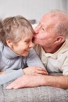 Romantischer Senior küsst seine Ehefrau